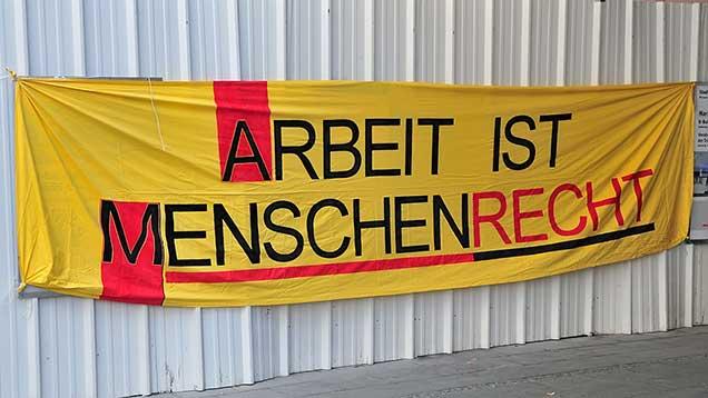 Arbeit ist Menschenrecht | Plakat am Rande einer Kundgebung zum 1. Mai | Foto: Autor: User mummelgrummel, Wikimedia Commons, Lizenz CC BY-SA